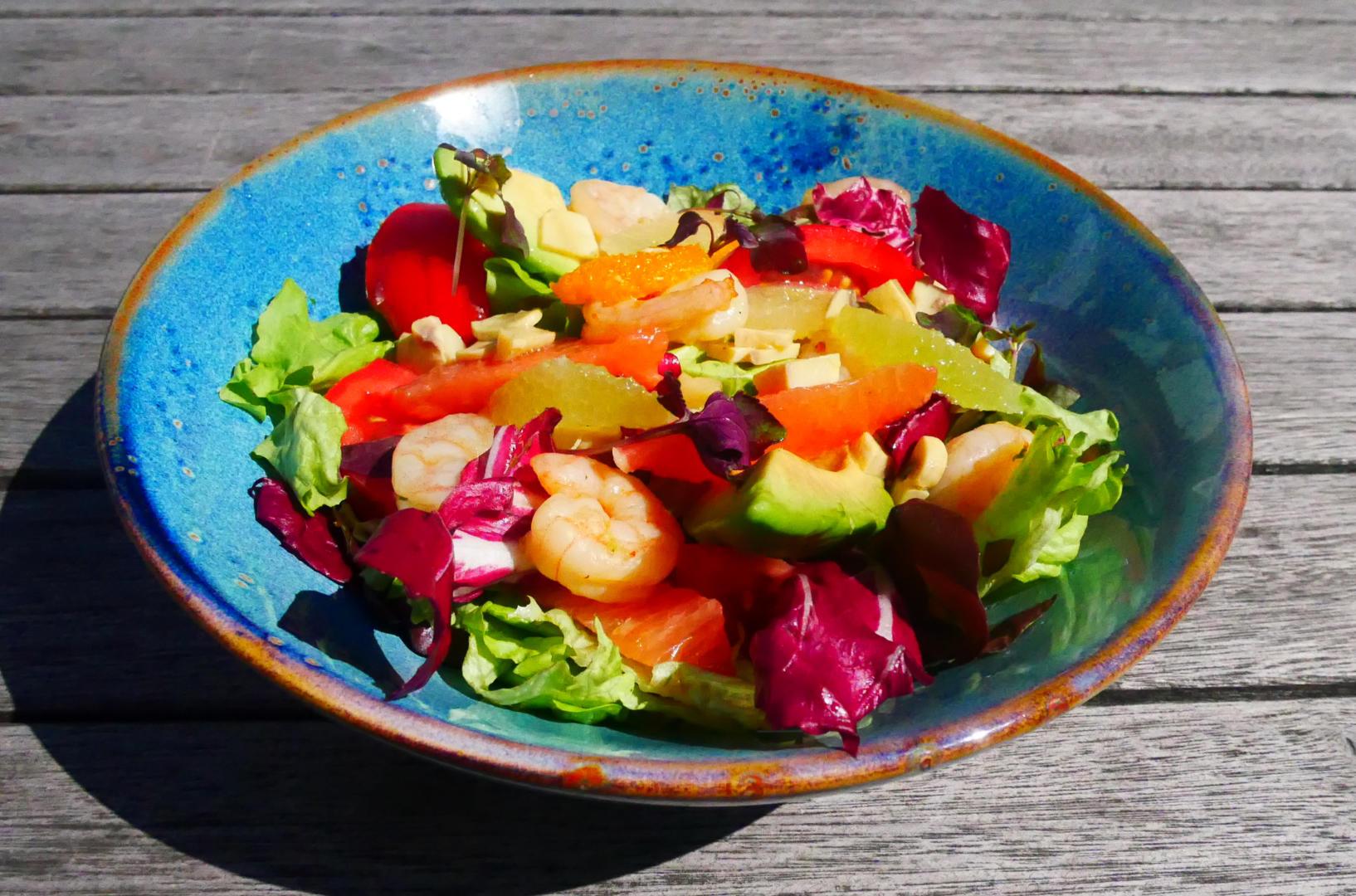 Scampis marinés, champignons Bouton, avocat, tomates, suprêmes d'agrumes, mesclun de salade & vinaigrette à l'échalote